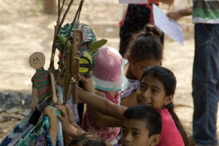 Niños preparan obra de teatro sobre el toro-iguana