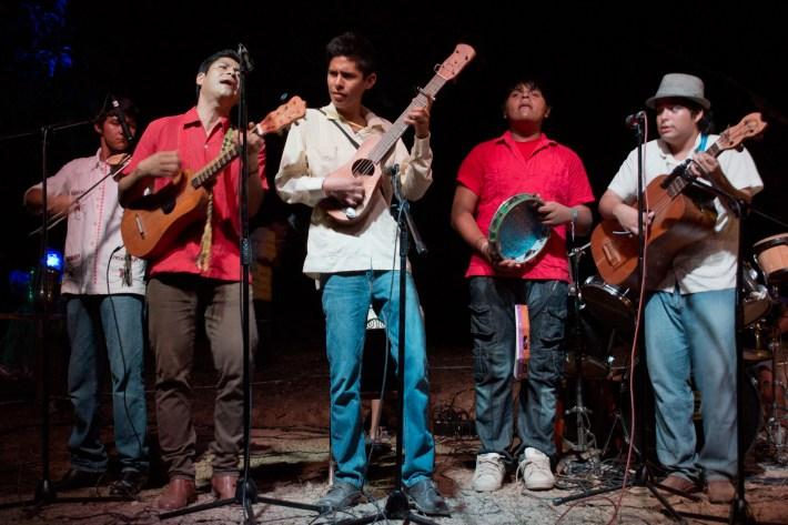 El grupo Nigan Tonogue de Cosolea ofreció un explosivo concierto
