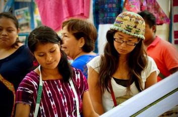 Carolina de Pantelhó, sorprendiendo a gente de todo el mundo con su habilidad, en una muestra realizada en Abril de 2014, en San Cristóbal de las Casas.