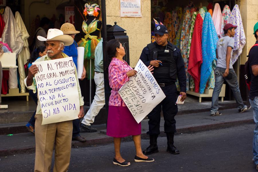 Sólo durante los primeros días de abril de este año fueron detenidos y consignados tres integrantes del FPDTA-MPT por delitos fabricados por las autoridades locales. El 13 de abril, mientras se realizaba una manifestación para exigir la libertad de l@s compañer@s en Amilcingo, Morelos, la policía estatal irrumpió violentamente, reprimió la marcha y detuvo a cinco personas más, evidenciando claramente la protección de intereses privados por sobre los de las comunidades.