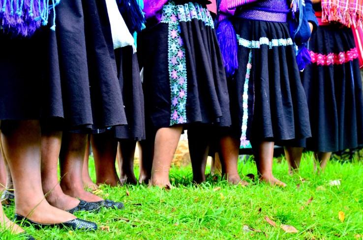 Este grupo de mujeres rezando, muestran la identidad de sus diseños que identifican un pueblo de los demás, en la Fundación León XIII, a finales del 2013.