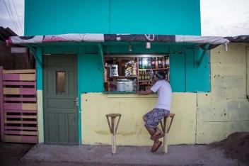 A pesar de lo duro de la resistencia, dos bancos convierten a esta tienda en un boteco, tan común en las calles brasileñas y que permiten al peatón degustar una cerveza o un jugo.