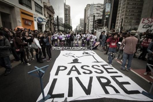 El Movimiento Passe Livre (MPL) convocó a esta movilización a un año de las manifestaciones contra el aumento en la tarifa del transporte público, ahora convoca a luchar por la tarifa cero.