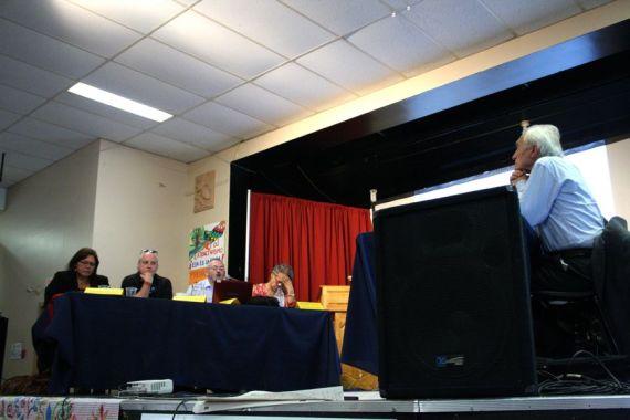 A la derecha Gianni Tognoni (secretario general del TPP) escucha mientras Antoni Pigrau (jurado) lee el veredicto.