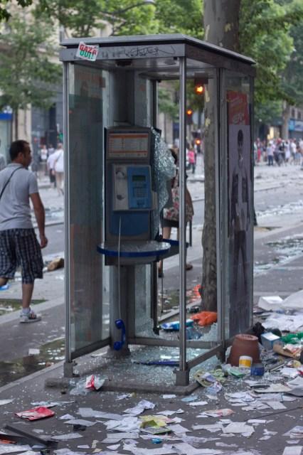 Teléfono público después de los enfrentamientos.