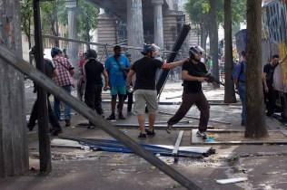 Varios grupos de policias encubiertos aparecen en la manifestación disparando balas de goma.