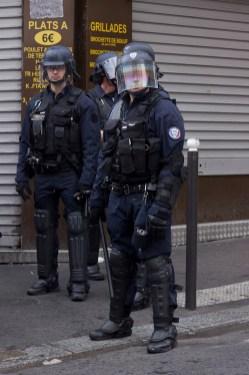 Policías bloqueando una calle.