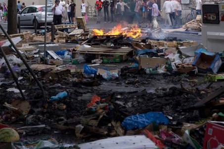 Bajo el puente del metro Barbes se incendiaron y destrulleron vallas , botes de basura, madera y demás objetos de construcción.