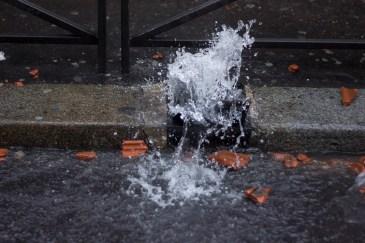 En varias calles a la redonda de Barbes los manifestantes destaparon las fuentes de agua para lavarse los gases lacrimógenos y pimienta que lanzaban los Riots.