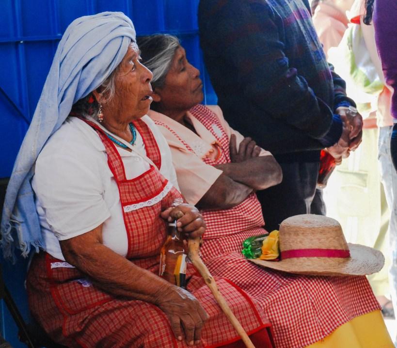 Mujeres mixtecas celebran con las autoridades locales luego de que un proyecto de agua fuera completado por la labor colectiva. Fotografía: Santiago Navarro F.