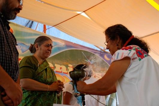 Carmen Santiago realiza una ceremonia para Vandana Shiva en un evento contra el maíz transgénico. Fotografía: Santiago Navarro F.