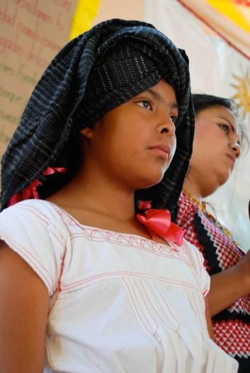 Niña zapoteca de los valles de Oaxaca hace una presentación en un evento a favor del maíz criollo. Fotografía: Santiago Navarro F.