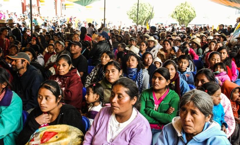 Asamblea de comunidades que escuchan lo que los candidatos ofrecen a cambio de su voto. Fotografía: Santiago Navarro F.