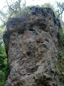 En esta roca tallada por el río, los habitantes ven un rostro, como un vigilante que encierra los secretos del tiempo.