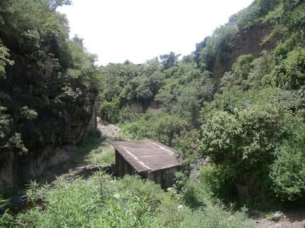 En 1998 el presidente municipal de Temoac realizó esta obra inútil. Más recientemente, el gobierno del estado quiso hacer un puente por encima de la barranca, al que se opusieron los habitantes de Amilcingo.