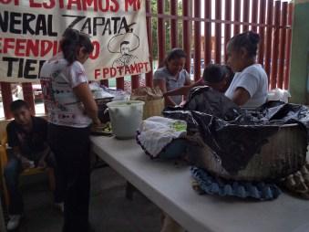 Diferentes comisiones se organizaron para resolver las tareas del encuentro, aquí vemos la que se encargó de servir la comida.
