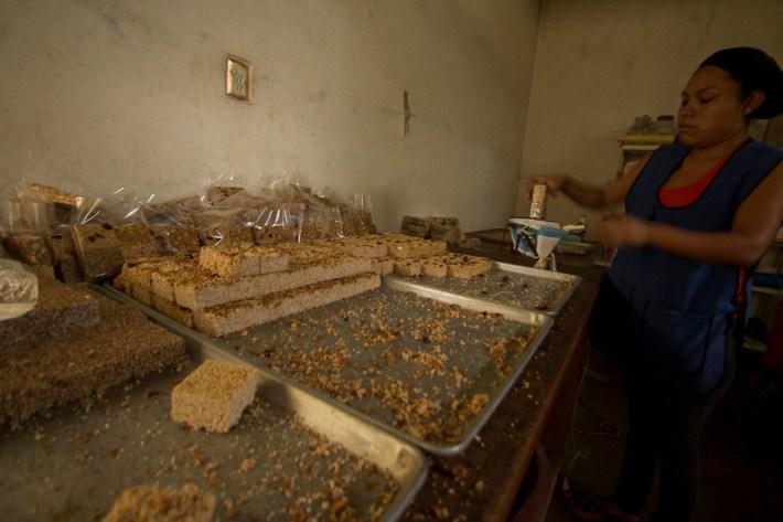 Palanquetas, obleas, alegrías y polvorones son sólo algunos de los dulces típicos que se producen en Amilcingo artesanalmente.