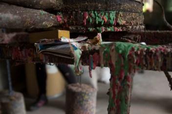 Se le pone color a la masa en el proceso y quedan unas estalactitas de dulce en la máquina.