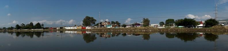 Presa Las Pintas. Es esta zona se puede observar que el nivel de las casas es igual o, en algunos casos, menor al nivel del agua de la presa.
