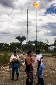 Mujeres en marca frente al pozo petrolero Quillasinga que opera contaminando gravemente el territorio de la Amazonía.