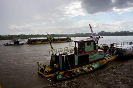 Puerto Asis, Putumayo, día tras día los ferrys de la localidad transportan carrotanques con crudo de petróleo sobre el río Putumayo.