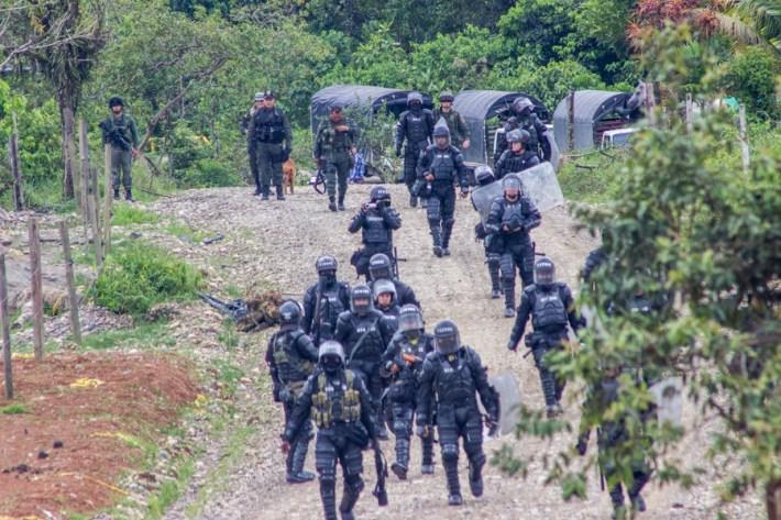 Fuerzas del ESMAD, arremeten contra campesinos que mantienen un paro de 73 días en el Putumayo.