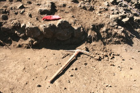 05 Para poder llevarse acabo la ampliación, los trabajadores desmontan y destruyen a pico,pala y escoba de la zona arqueológica