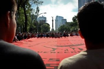 Una hora después de que la vanguardia de la marcha llegara al Zócalo, sobre 5 de Mayo seguían avanzando los contingentes.