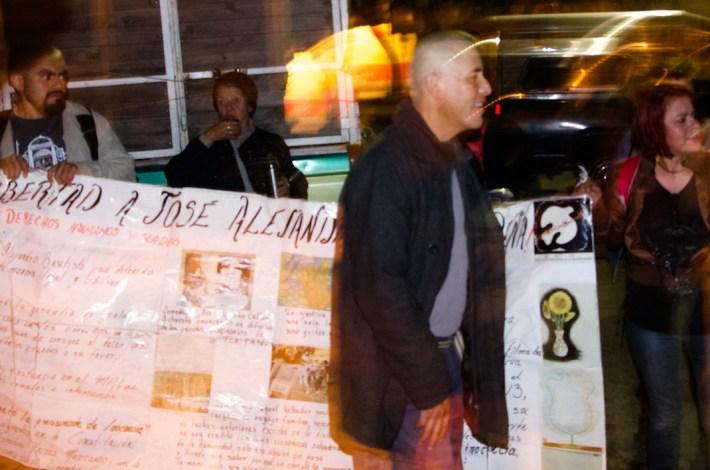 Le muestran a Alejandro los carteles que difundieron su caso