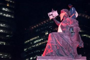 Las esculturas de La ley, la paz, la justicia y la guerra fueron intervenidas con mensajes contra el Estado criminal. Fotografía: Sari Dennise