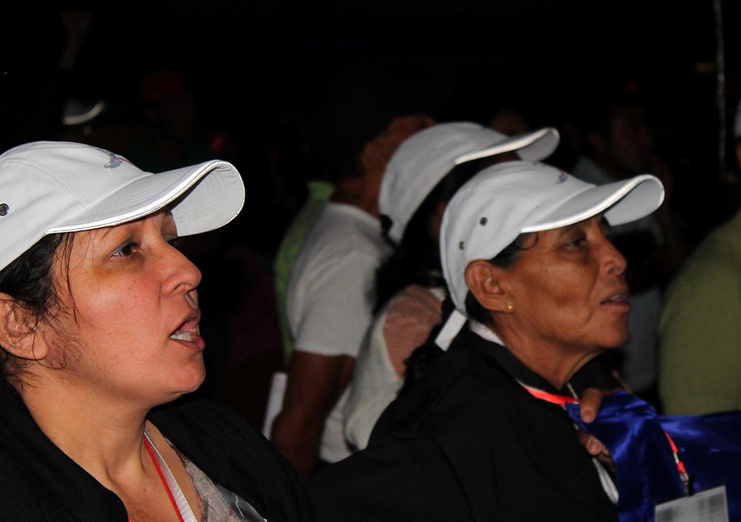 Haciendo eco de la consigna «¡porque vivos se los llevaron, vivos los queremos!», que resuena a través de México, las madres gritaban «¡porque vivos se vinieron, vivos los queremos!». Fotografía: Martha Pskowski