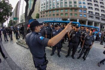 Los primeros en llegar. Grupos de policías arribaron a la plaza de la Candelaria en el centro de Río de Janeiro antes que muchos contingentes de jóvenes que alistaron el tercer acto contra el aumento de las tarifas del transporte público. Foto: Aldo Santiago