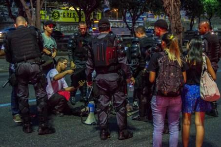 La policía militar interrogó, requisó e intimidó algunos grupos de manifestantes mientras se retiraban después del termino del acto. Foto: Aldo Santiago