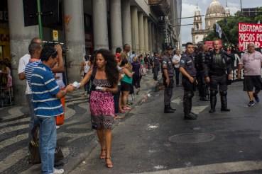 Pese a la presencia policiaca que divide a las multitudes, mucha