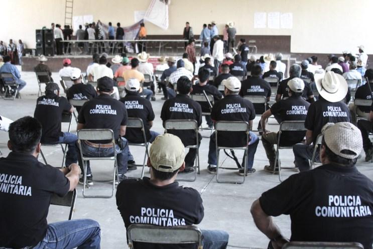 Policías comunitarios de la comunidad de Santa María Ostula, municipio de Aquila, Michoacán en los preparativos del 1er aniversario de la recuperación de la comunidad, la cual estaba asediada por los Caballeros Templarios. Febrero 2015. Fotografía: Heriberto Paredes