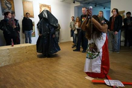 Performance, carteles y canto por un México más justo