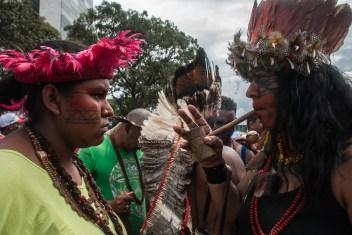 Mujeres jefas indígenas compartiendo el rezo espiritual dirigida a los malos gobernantes. Fotografía: Santiago Navarro F.