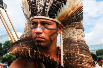 «Un indígena sin tierra deja de ser indígenas y este proyecto de ley busca desaparecernos», compartieron la mayoría de los jefes indígenas presentes en las manifestaciones en Brasilia, centro de los tres poderes de Brasil. Fotografía: Santiago Navarro F.