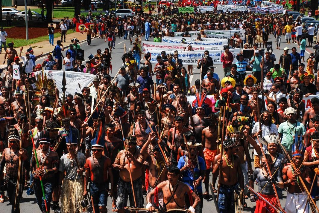 Representantes de los pueblos indígenas de las cinco regiones de Brasil se manifestaron contra el proyecto de ley PEC 215/2000. Fotografía: Santiago Navarro F.