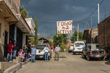 Las fogatas, bases de la organización del pueblo cheransense, están activas.