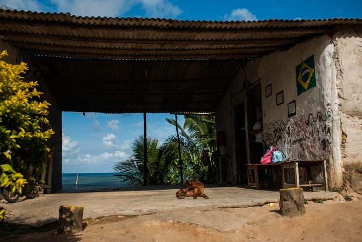 Escuela tupinambá en la región de la playa. Toda la comunidad tiene una vista al mar. Fotografía: Santiago Navarro F.