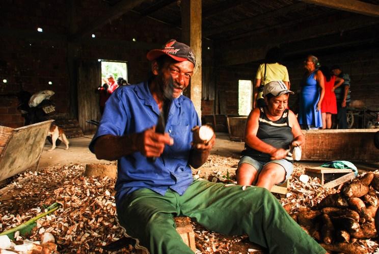 Trabajo colectivo en Sierra do Padeiro para la producción de harina de mandioca. Santiago Navarro F.