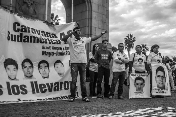 7 junio 2015. Mientras en México se llevaba a cabo el boicot electoral contra la farsa democracia, lxs familiares de los 43 estudiantes de la escuela Normal de Ayotzinapa, desaparecidos por el estado mexicano el 26 de septiembre de 2014, realizaron monitoreo de medios, enviaron mensajes de solidaridad a lxs compas que luchan en su país y realizaron un evento público en el centro de Porto Alegre para denunciar a los estados criminales de México y Brasil.