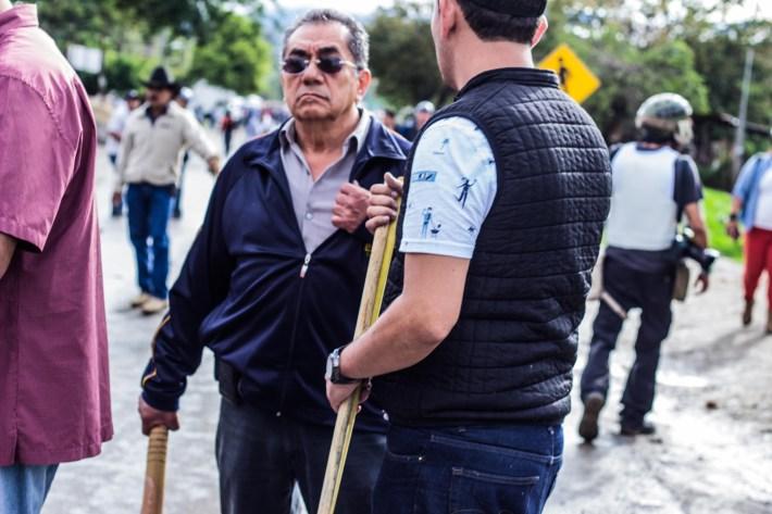 Integrantes de los grupos partidistas que comenzaron la agresión en la carretera Tixtla-Chilpancingo. Fotografía: MALDEOJOfoto - Colectivo de Fotografía y Contrainformación