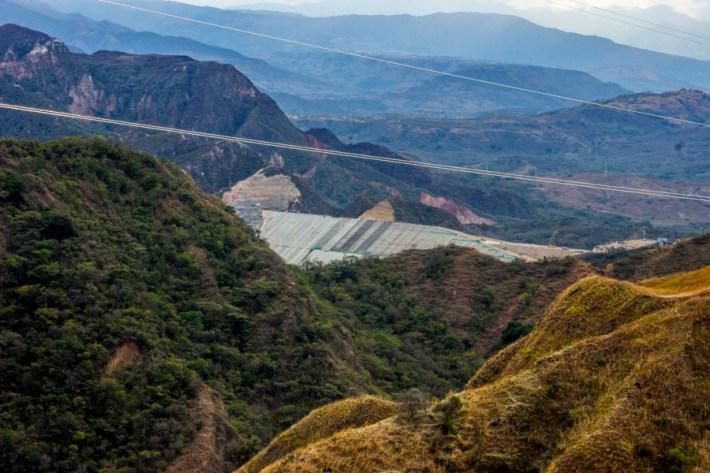 En el 2007 y bajo la presidencia de Álvaro Uribe, se entregaron 9 mil hectáreas a la empresa Emgesa como utilidad pública sin que se haya siquiera aprobado la nueva licencia ambiental para la construcción de la represa.