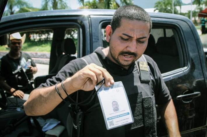 Germán Ramírez muestra uno de los permisos para portar armas. Fotografía: Heriberto Paredes
