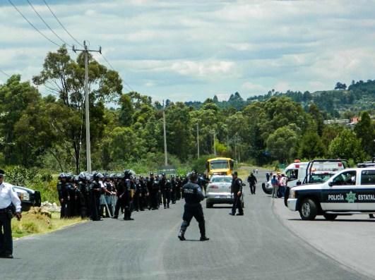 Camiones de policías y granaderos cerrando carretera, vigilando e intimidando a manifestantes. Fotografía: Anaeli Carro