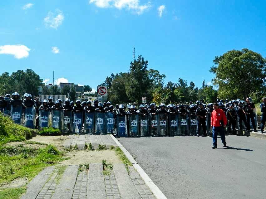Policías y granaderos custodian las instalaciones de la USET. Fotografía: Anaeli Carro