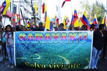 Frente de la marcha realizada en Quito el 19 de agosto. Frente Sarayaku, comunidades kiwchas.