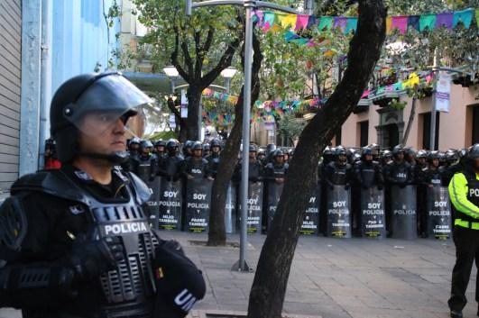 Contingente de antimotines emplazados en la plaza Chica, ya cerca del corazón del Centro Histórico de Quito